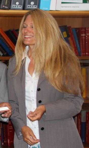 Frau mit Grauer Weste blonde Haare