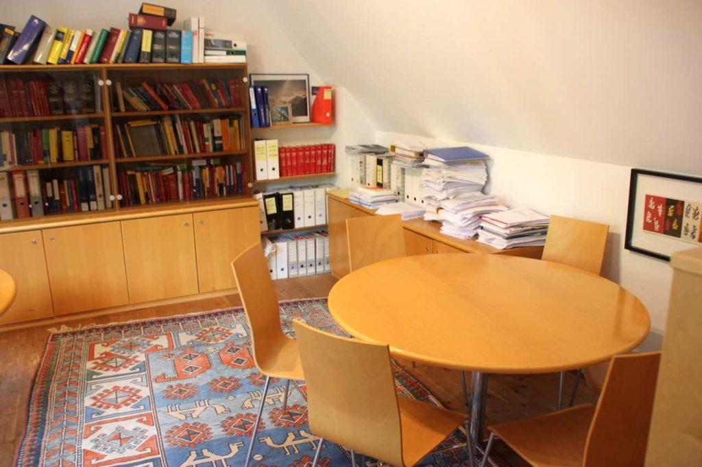 Kanzlei Büro Mag. Traxler Tisch Ordner
