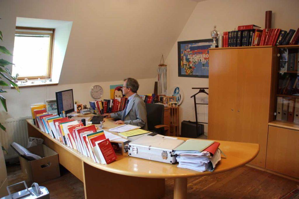 REchtsanwalt Mag. Traxler in seinem Büro am arbeiten