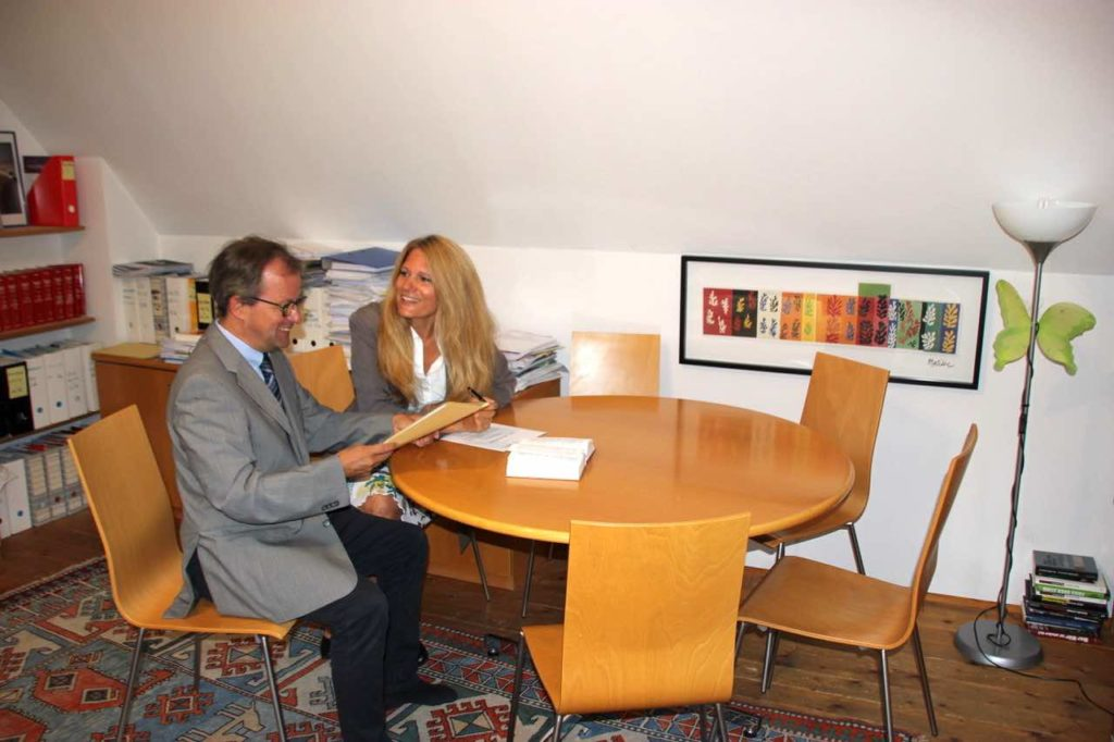 Mag. Traxler bei Meeting mit seiner Assistentin